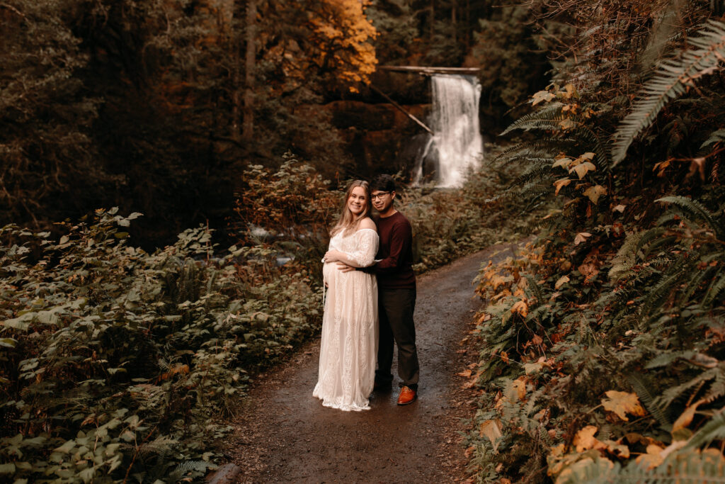 couple posing for maternity photos